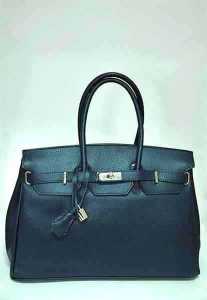 Сумка изготовлена из натуральной кожи, а подкладка сумки выполнена из...