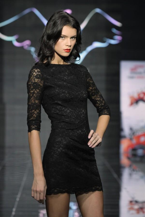 Короткое черное гипюровое платье