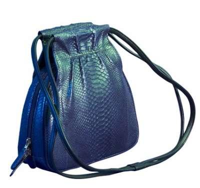 Стильная небольшая сумочка на длинном перекидном ремешке.