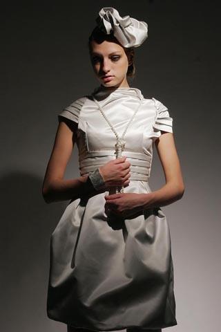Выпускное платье из серо-серебристого шелкового атласа.
