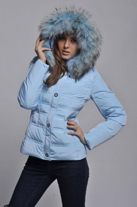 Комфортная зимняя куртка - пуховик с огромным теплым капюшоном.