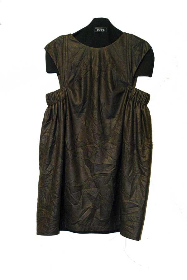 Платье-туника свободного кроя из кожзаменителя.