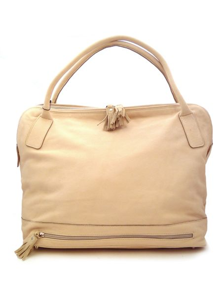 Летняя сумка из натуральной кожи цвета топленого молока.