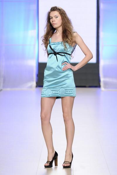 Платье атласное с кружевом ручной работы.