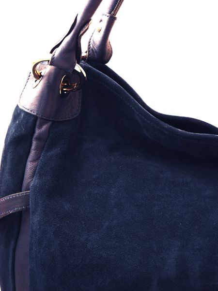 Отличная замша делает эту итальянскую сумку очень качественной и...