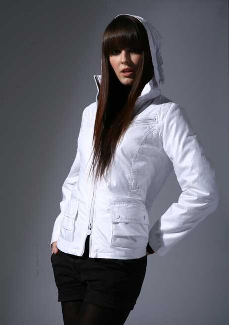 осенняя куртка яркая белая.