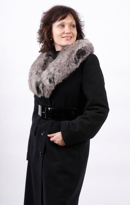 Классическое зимнее пальто с меховым воротником.