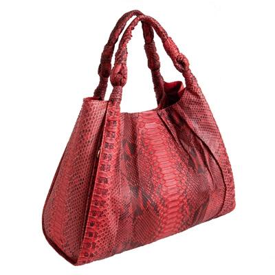 Красная сумка с черной раскраской змеи в стиле модерн напоминает розу...