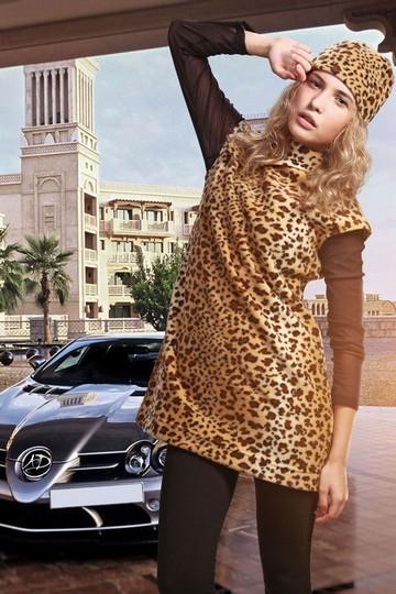 Яркое платье леопардовой расцветки.