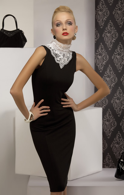 Малюсенькое темное платьице из трикотажа, облегающее соблазнительные.