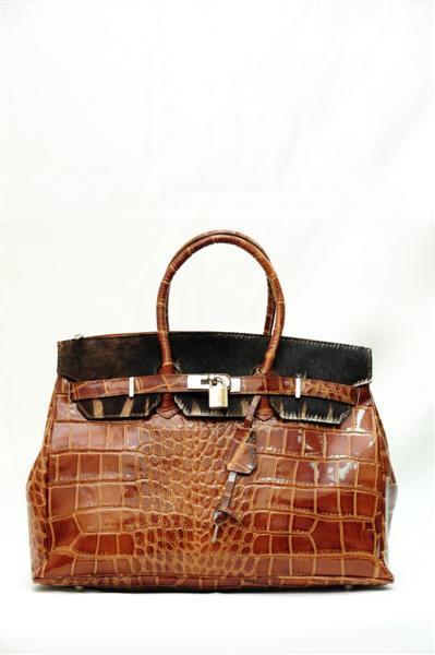 Лаковая сумка с меховыми вставками.
