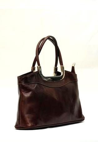 Кожаная сумка с удобными ручками и металлической вставкой всегда будет...