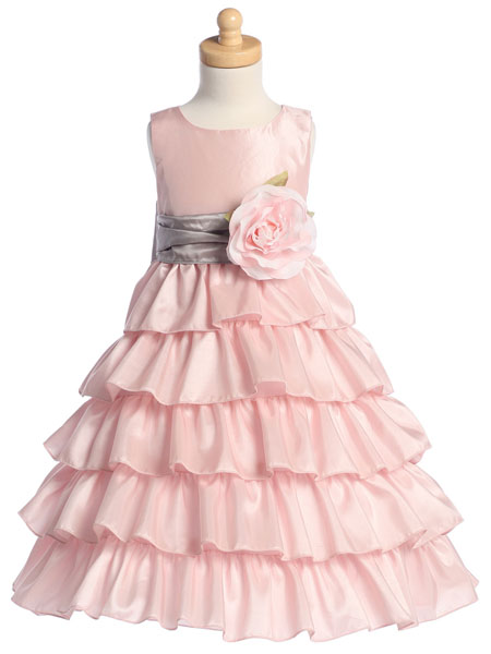 Нежный розовый цвет платья подчеркнет красоту и хрупкость детской натуры.