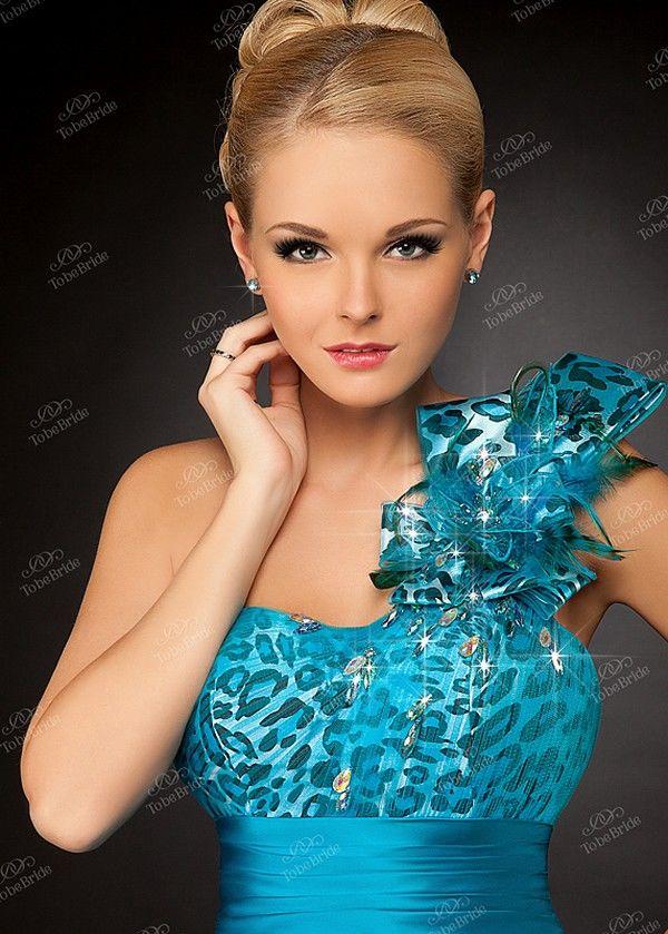 Кружевное вечернее платье.