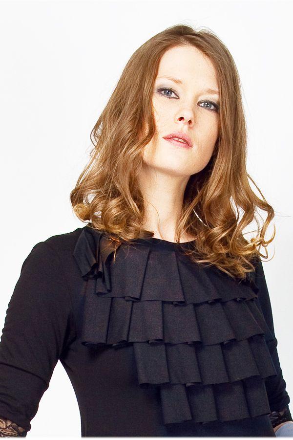 (А) Платье черное свободное с жабо.