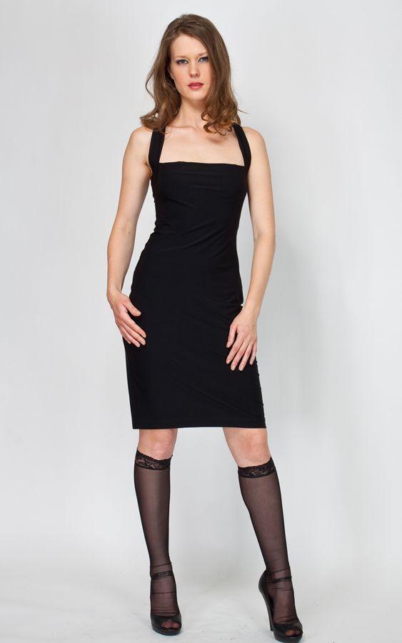 Элегантное черное платье должно быть в гардеробе каждой женщины.