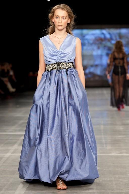 Длинное вечернее платье из 100% шелка бирюзового цвета.