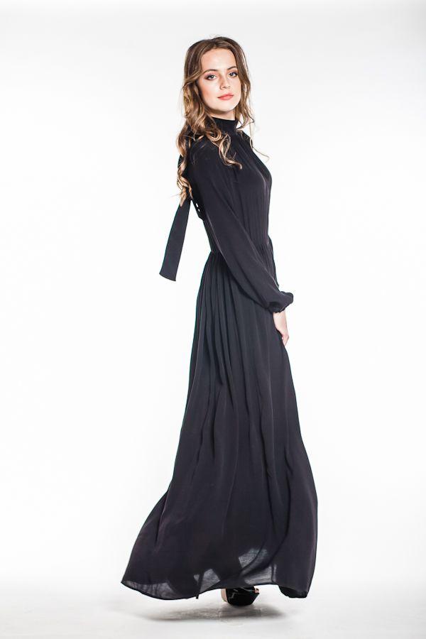 Платье длинное, в пол, с длинными широкими рукавами.