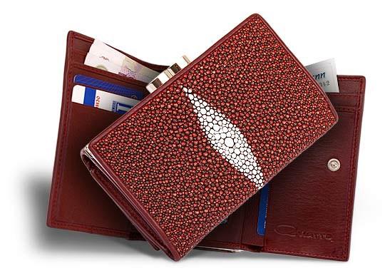 Красивый дамский кошелек из кожи ската красно-коричневого цвета.Большая...