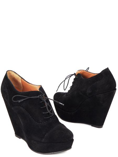 На фото туфли на платформе и высоком каблуке: бархатные туфли на