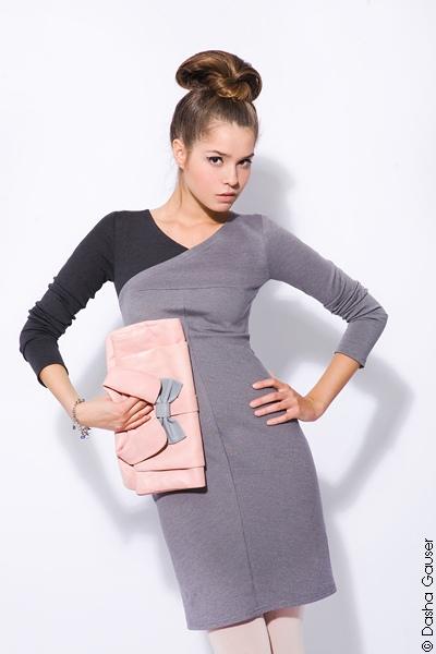 """Платье дизайнерское с  """" одним рукавом """" из двухцветного трикотажа."""