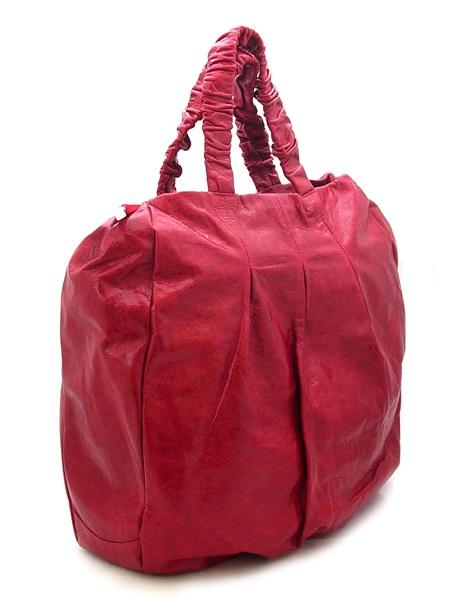 Объемная красная сумка.