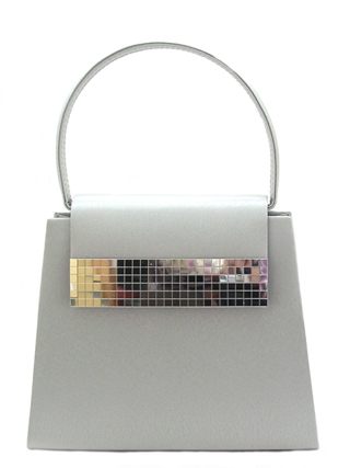 Удачный и стильный клатч из серебристого атласа с ручкой.Отделка цвета...