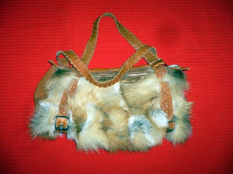 Сумка из меха лисицы.  Мехом на сто процентов украшены боковины сумки в...