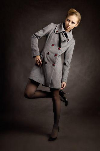 Фотографии Кашемировое пальто с бордовыми пуговицами.